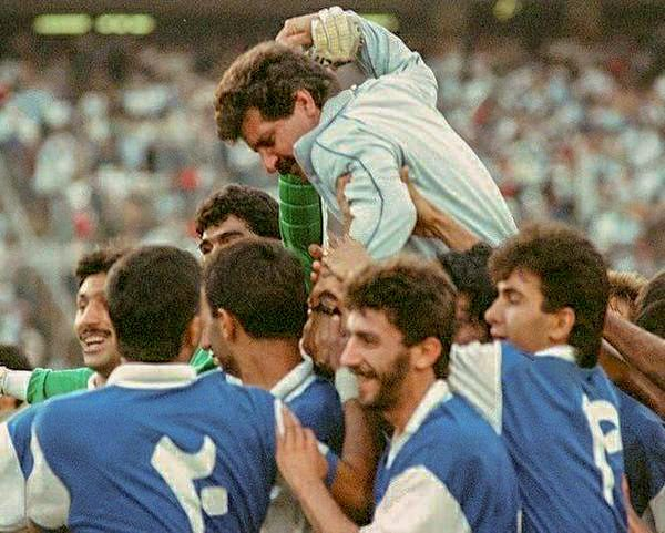 Porheidari_and_Esteghlal_Players_after_championship_of_Iran_in_1990
